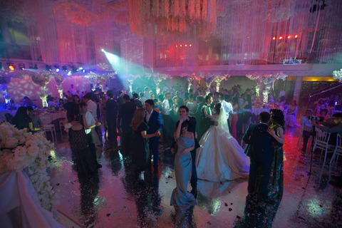 Особенности и нюансы оформления свадебного зала живыми цветами
